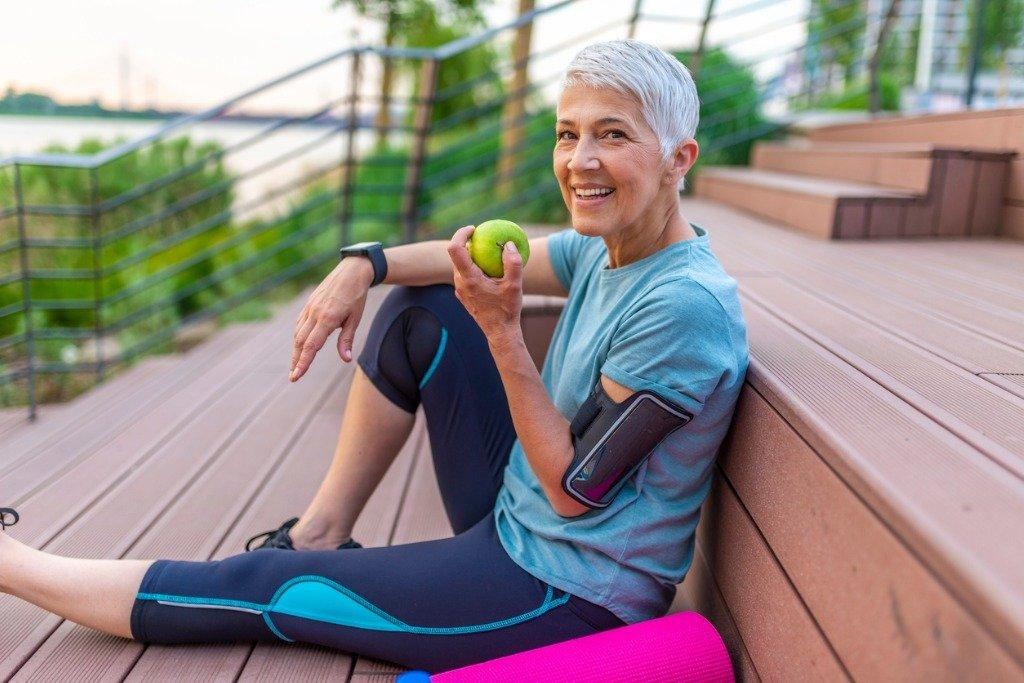 Woman-eating-apple